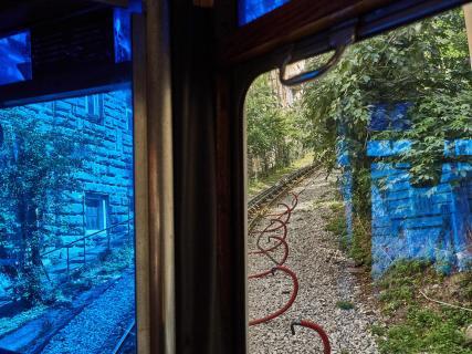 Triest - Blick aus dem blauen Fenster der Straßenbahn