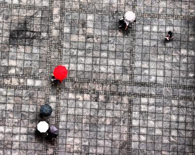 Passanten im Regen
