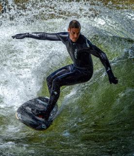 Eisbachsurfer