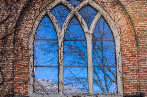 Kichenfenster mit blauem Himmel