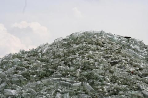 Glas wartet aufs Recycling