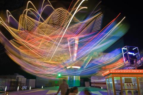 Karussell in Bewegung bei Nacht