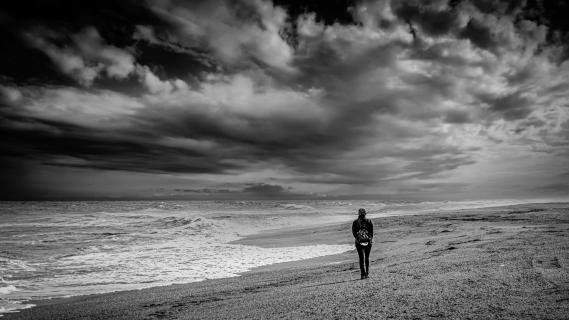 Mensch einsam am Strand