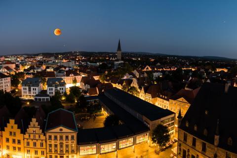 Stadtpanorama mit Blutmond