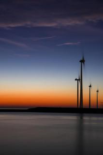 Windräder im Sonnenaufgang