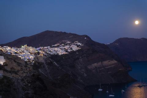Oia auf Santorin bei Nacht