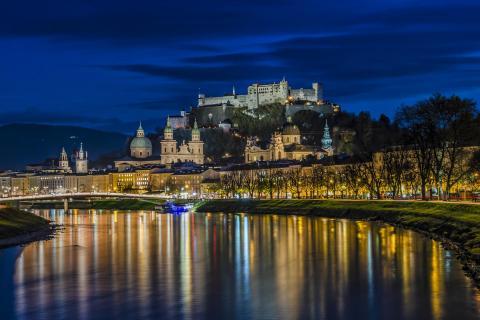 Salzburgs Altstadt am Abend