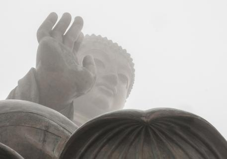 Buddha Statue im Nebel