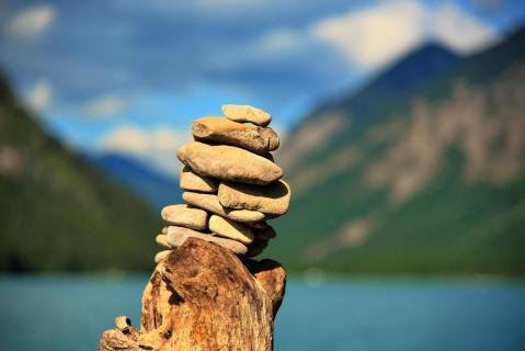 Steinhaufen auf Baum Berge See