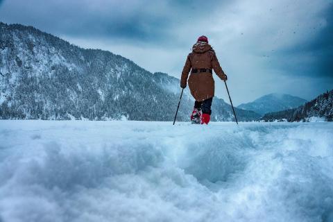 SNY00150 Schneeschuhwanderung am Sylvenstein