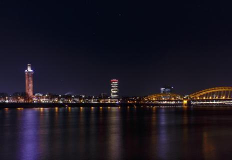 Das Kennedy-Ufer bei Nacht