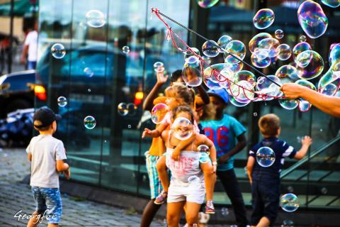 Kinder mit Seifenblasen