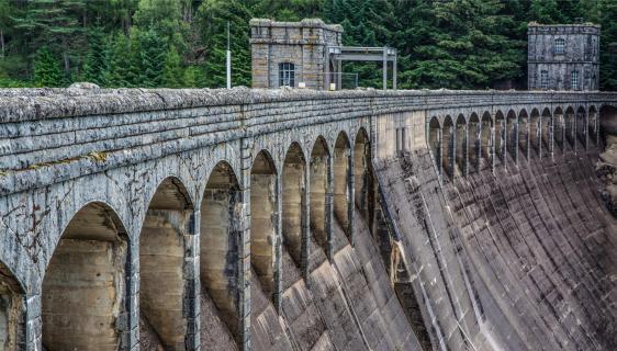 Staumauer in Schottland