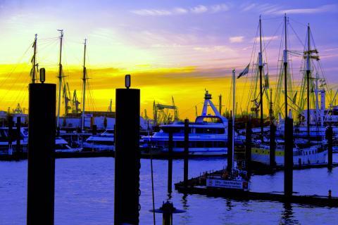 Blaue Stunde im Hamburger Hafen