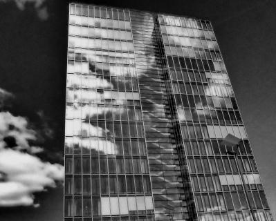 Kranhaus mit Wolken