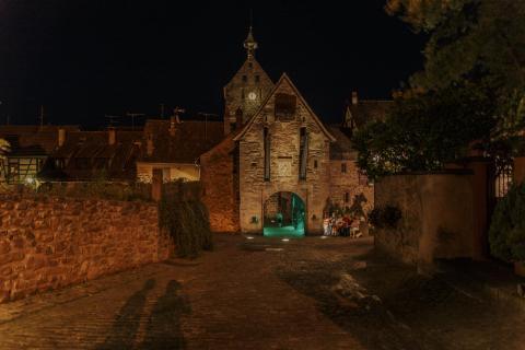 Stadttor von Riquewihr bei Nacht