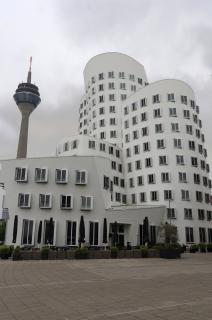 Düsseldorf Gehry Haus mit Fernsehturm stark verzeichnet