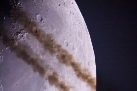Kondensstreifen vor dem Mond
