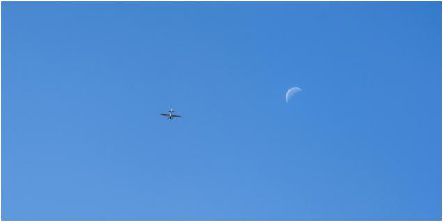 Sportflieger mit Mond