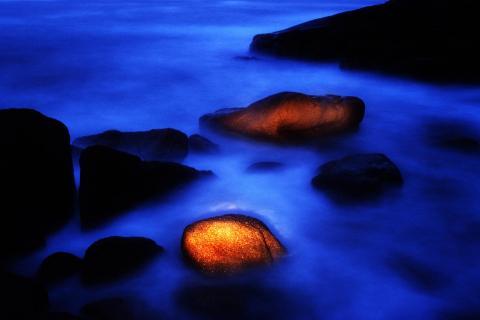 Felsen im Meer bei Nacht