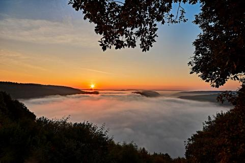 Sonnenaufgang im Nebel an der Saarschleife