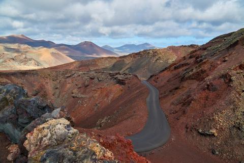 Einsame Straße durch Vulkane