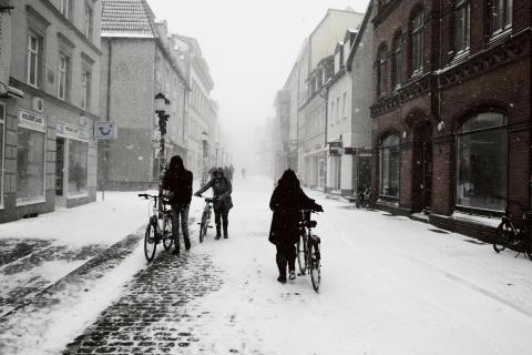 Fahrradfahrer im Schnee am Caspar-David-FriedrichGeburtshaus