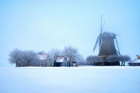 Norddeutschland verschneite Windmühle