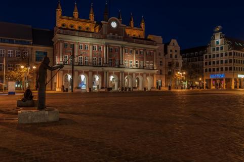 Rostocker Rathaus bei Nacht