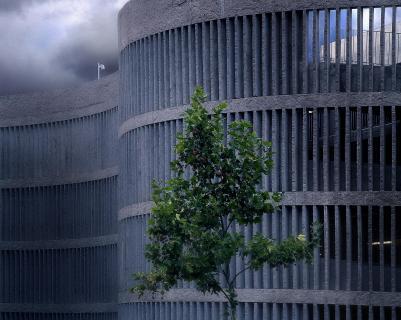 Parkhausarchitektur mit Natur