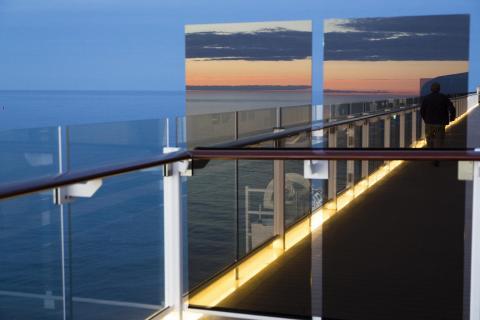 Spiegelung: Sonnenuntergang über der Ostsee