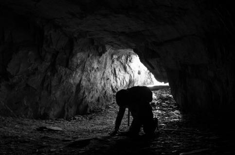 Kind in Höhle