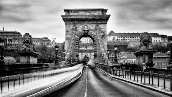 Im Focus die Kettenbrücke