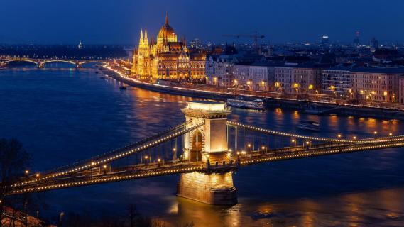 Kettenbrücke und Parlamentsgebäude