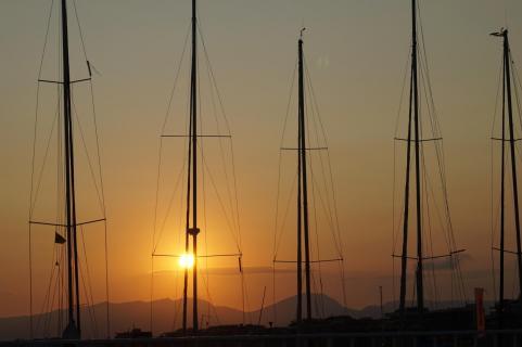Sonnenuntergang mit Masten