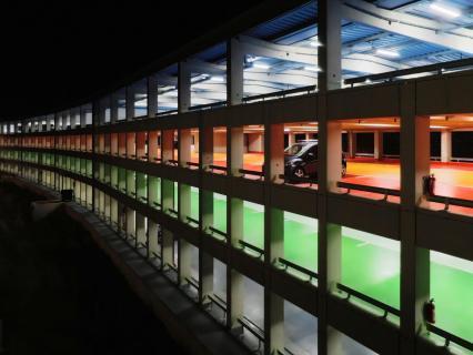 Parkgarage in der Nacht