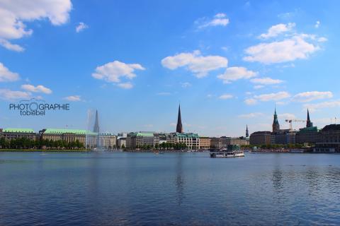 Hamburg liegt an der Alster ;-)