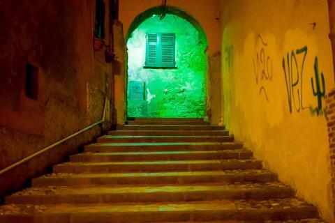 Grüne welt nach Treppen.