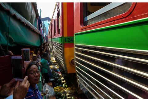 Markt mit Zugdurchfahrt