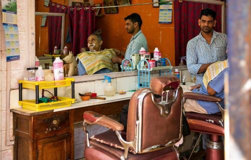 Spiegelung des Friseurs mit Kunden