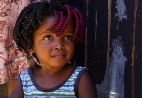 Mädchen mit roter Haarsträhne