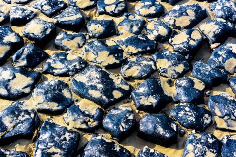 Blaue Steine im Sand