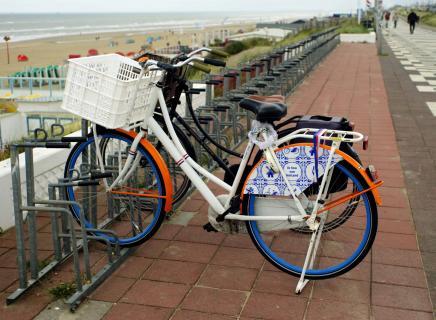 twee fietsen aan zandfoort!