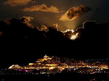 Wolkenformationen über Ibiza-Stadt
