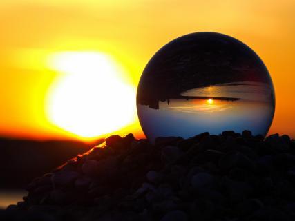 Sonnenuntergang durch die Kristallkugel