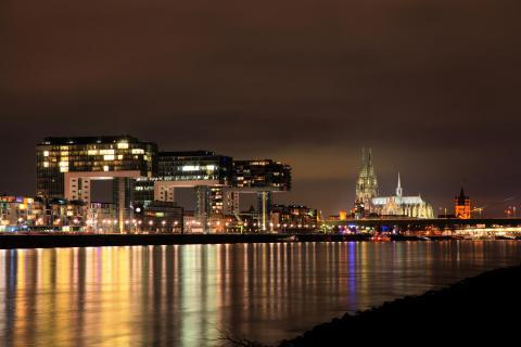 Kölner Kranhäuser bei Nacht