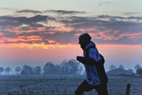 Winterlauf kurz vor Sonnenaufgang