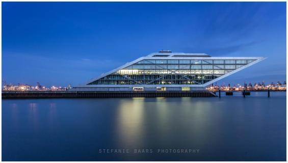 Dockland Hamburg in blauer Stunde