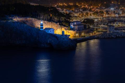 Noch Licht im Hafen