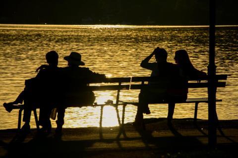 Paare beim Chillen am See